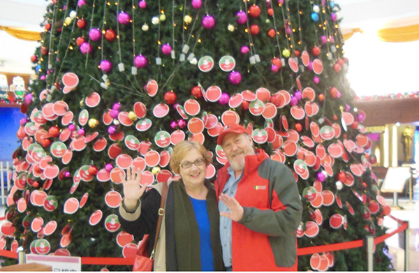 lona manning poses with her husband in front of a christmas tree in china photo provided to chinadailycomcn