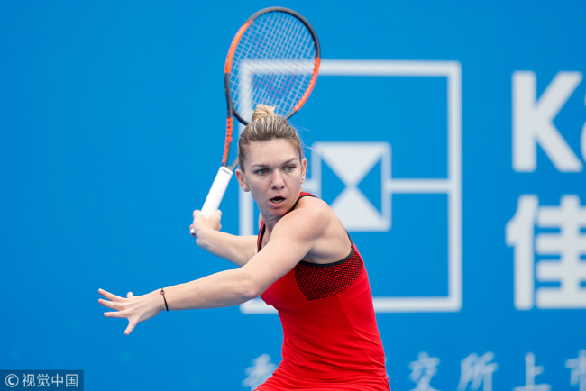 Simona Halep returns a shot to Nicole Gibbs during their match in the opening round of the Shenzhen Open on January 1, 2018. [Photo: VCG]