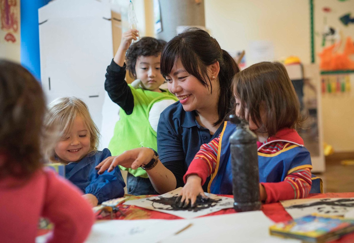 Chinese Teacher Plays With Children At Hatching Dragons The Uk S First English Nursery School Photo Provided To China Daily