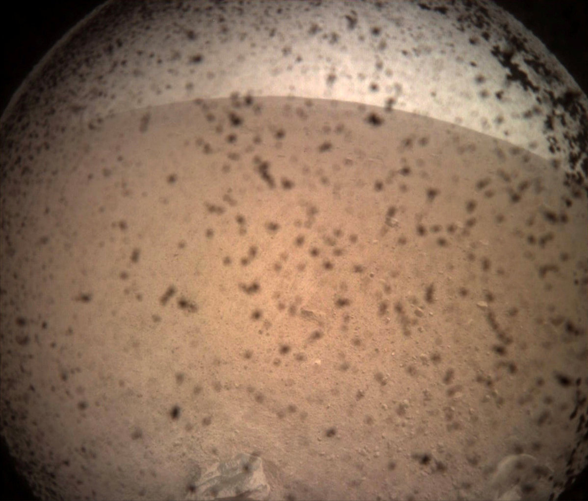 Camera InSight landed on Mars and sent the first photo