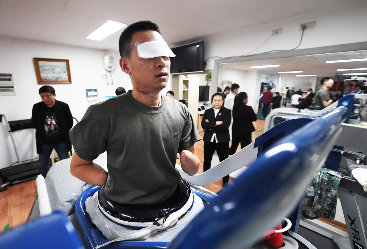 Residents praise PLA soldier injured while clearing landmines - Chinadaily.com.cn