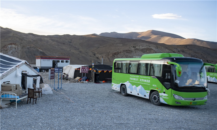 Qomolangma reserve tests clean energy buses - Chinadaily.com.cn