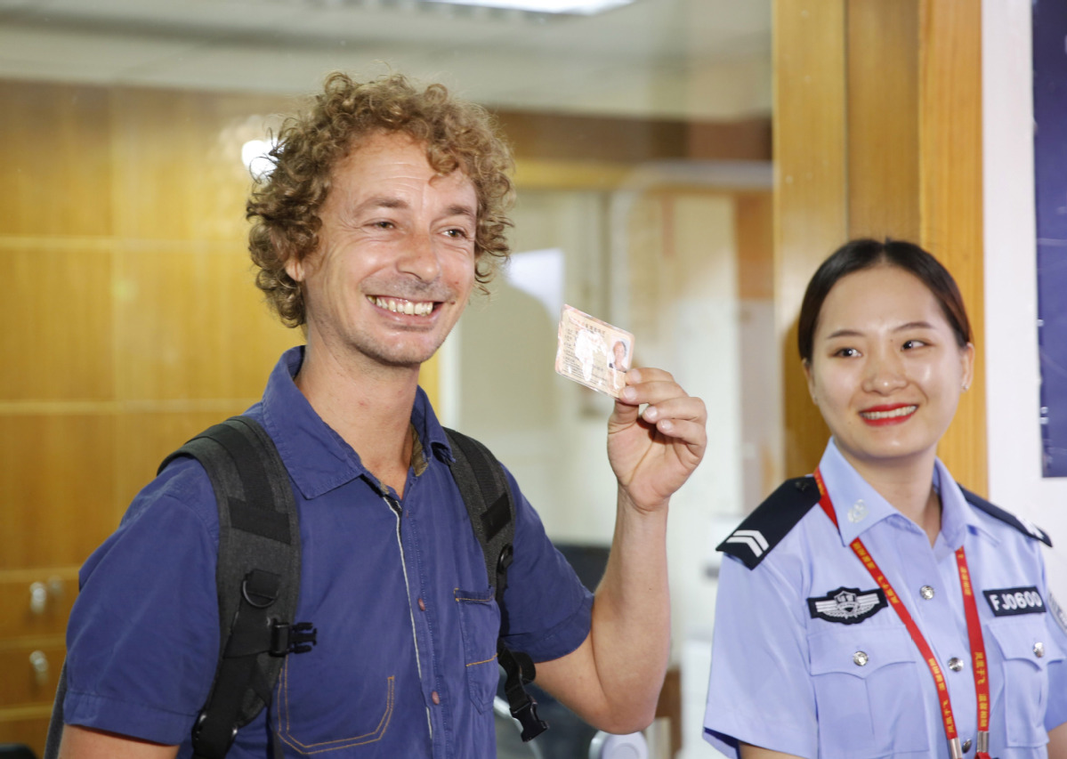 First foreign tourist gets temporary driving permit in Hainan - Chinadaily.com.cn
