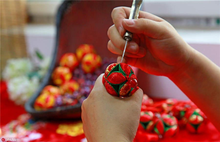 Shanxi woman passes on silk ball craft - Chinadaily.com.cn
