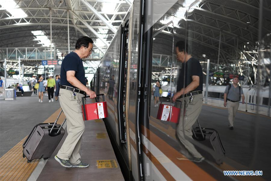 Trains packed as people head home from holiday - Chinadaily.com.cn