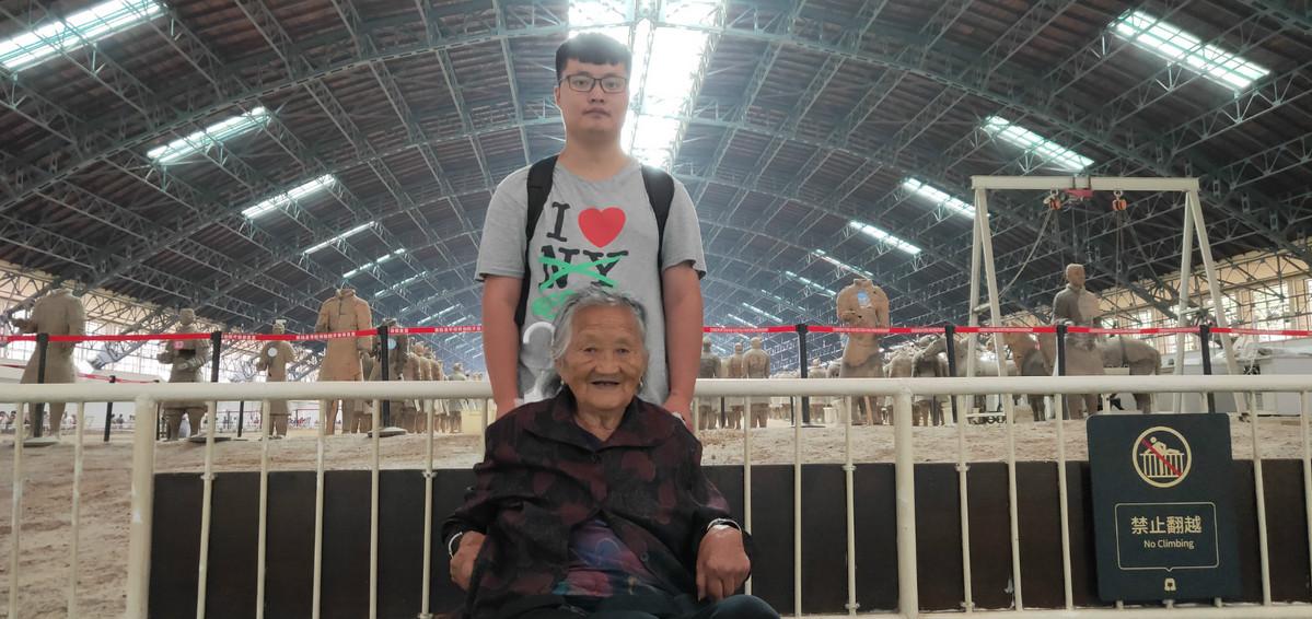 Grandson leads grandma in wheelchair on dream trip - Chinadaily.com.cn