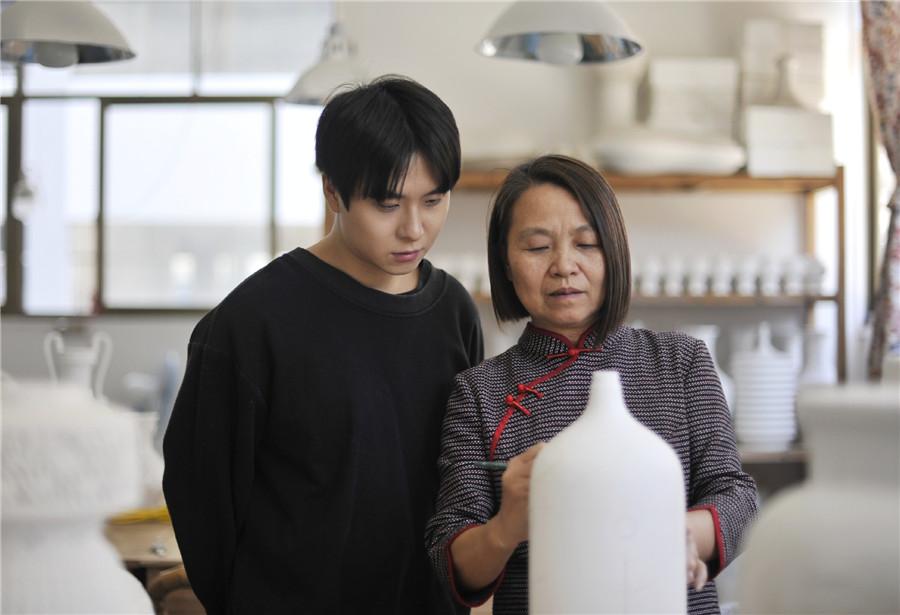 Artist Dedicates Her Life to Dehua Porcelain