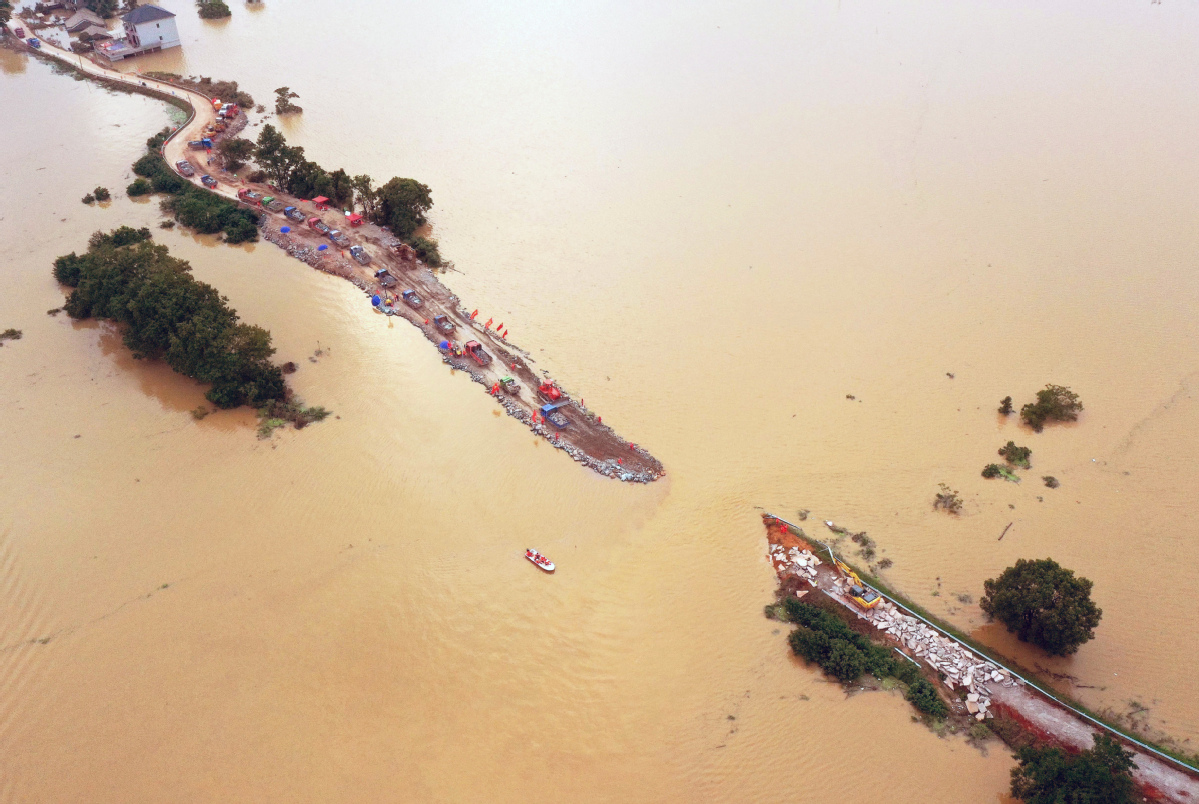 Thousands return to hometown to fight off floods