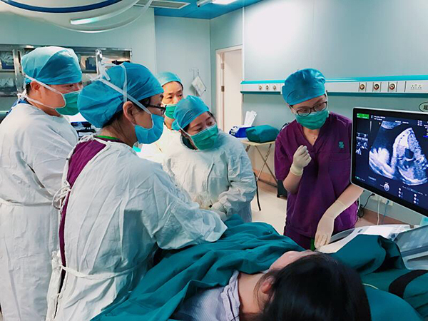 Surgeons are performing in-utero surgery on a 29-week-old fetus with a heart deformity at the Shanghai First Maternity and Infant Hospital.[Photo: The Paper]