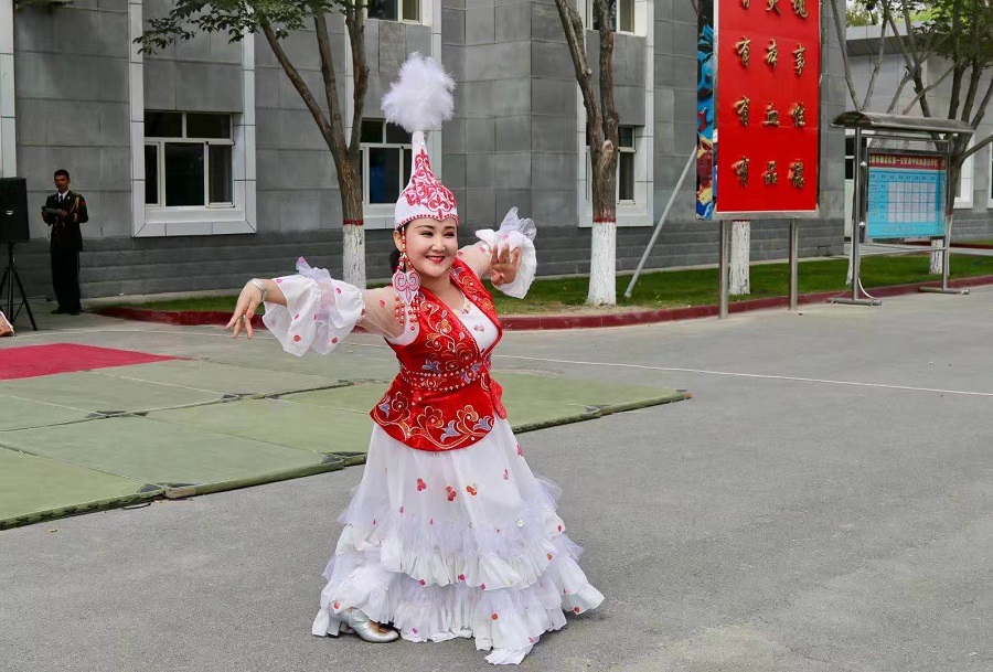 Xinjiang medical worker lifts patients' spirits by teaching ethnic dance