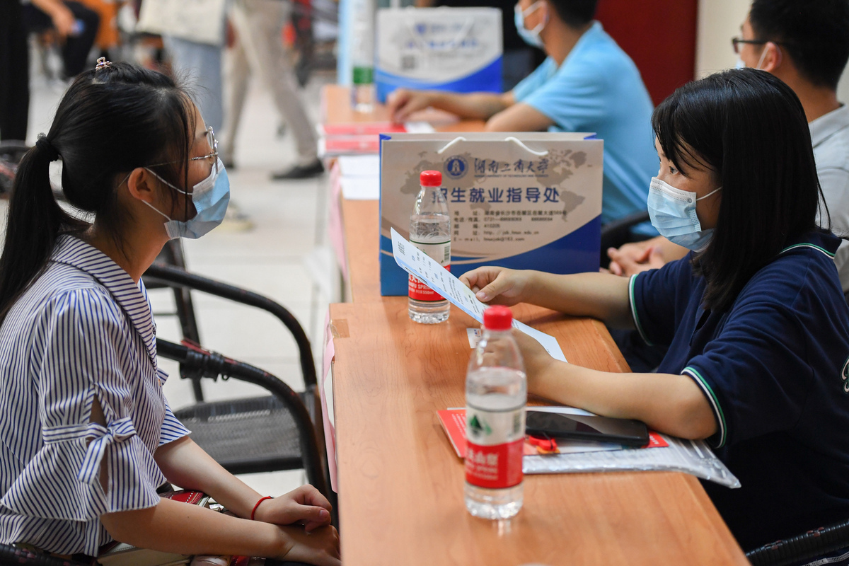 China to Help College Graduates from Impoverished Families Secure Jobs