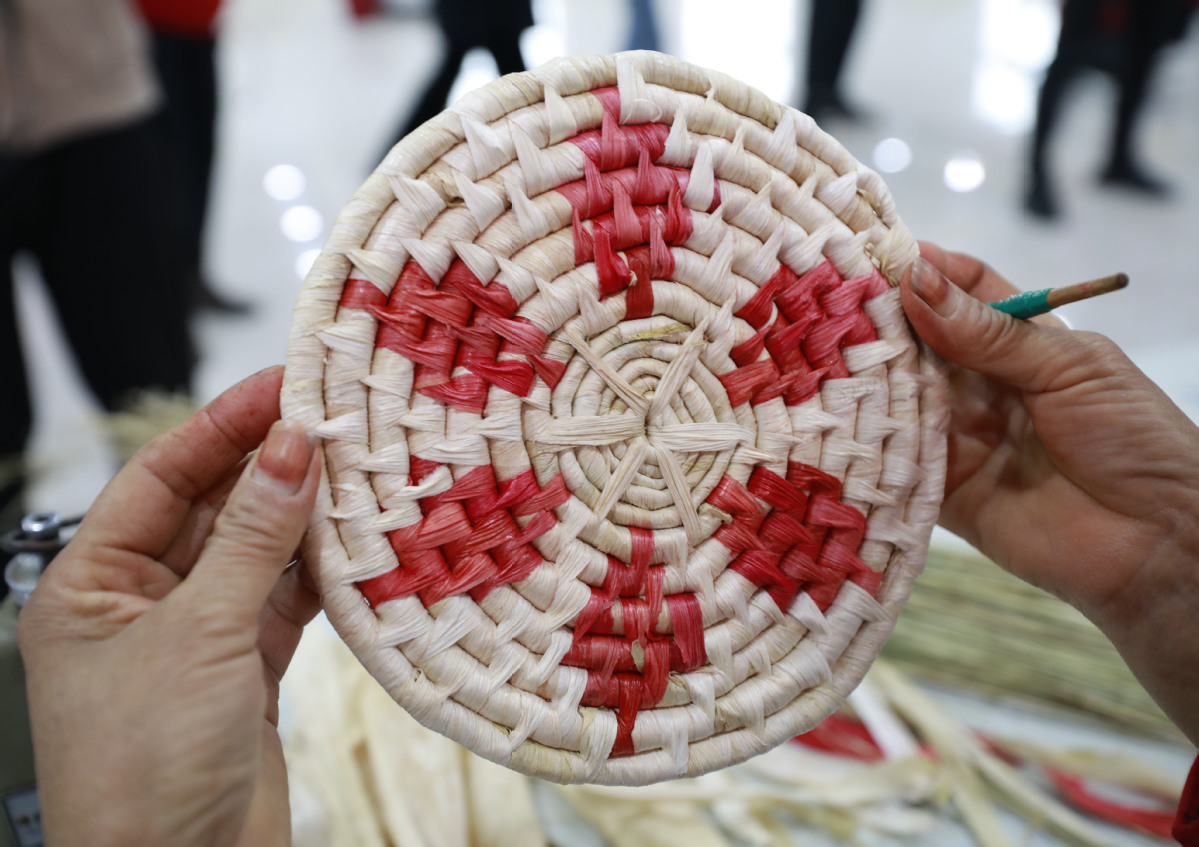 Shaanxi Residents Weave a Better Life with Straw