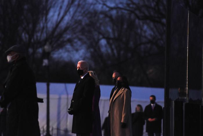 美国新冠肺炎死亡人数破40万林肯纪念堂点亮400盏灯哀悼死者